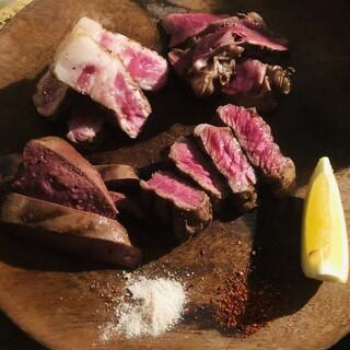 北海道産無菌豚を使用した名物「肉盛り」!