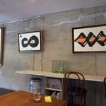 アートカフェ白山 - 壁面は、アートで飾られています
