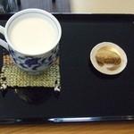 アートカフェ白山 - ミルク(アイス):きなこのあんもちは、店主からのサービス!(^^)!ラッキー
