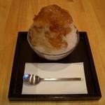 山口妙香園 - ほうじ茶のカキ氷です。ほうじ茶シロップとゼリーがかかって、中にバニラアイスが入っています。