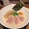 麺と心 7 - 料理写真:濃厚魚介そば(塩)中 カジキマグロのタタキ、味玉半個付き 960円(税込)