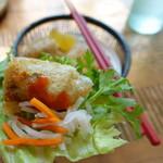 ヴェトナム・アリス - 揚春巻はなますとパクチーを乗せてチリソースをかけ、サニーレタスで巻いて食べてみました。美味しい。