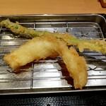 まきの - 上からアスパラガスとイカ。イカは、最初の写真と同じものです。海老を食べたら、スタッフの方にすかさずアスパラを置かれました。わんこそばみたい笑 アスパラは繊維質が強く、なかなか噛み切れませんでした。