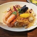 ジョリーパスタ - 料理写真:海の幸のペペロンチーノ(930円+税)