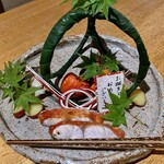 131548017 - 八寸〜金目鯛の塩焼き、蒸し鮑、新薩摩芋、石川芋に大徳寺納豆、渡蟹。古典的ではない、割烹的なレアな食材を使い斬新に感じる八寸。めっちゃ好きだな〜。♫