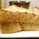ココカラアヂト カフェプラスシェア - 厚めの玄米食パンがさらに2枚重ね!
