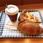 131568769 - 【2020年06月】ブレンドホット@210円、とパン2種を購入し、2階のイートインの席へ。