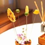 Convivio - 林檎のコンポートとセミドラトマトを詰めたイグリーンオリーブとチーズとアーモンドのオーブン焼き