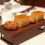Convivio - ライ麦パンとオリーブのフォカッチャ