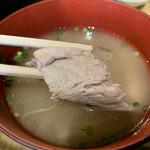 丸秀鮮魚店 - 味噌汁にも魚の切り身がたっぷり!