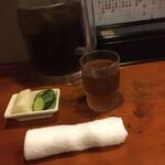 131594182 - 最初に出されたおしぼり、冷麦茶、漬物