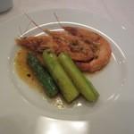 プロカッチ - 魚料理は海老とアスパラの炒め物、アスパラが海老の風味を貰ってバリウマでした