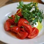 オステリア・ピノ・ジョーヴァネ - 料理写真:高知県堀田農園のフルーツトマトと燻製した水牛モッツツァレッラと水牛リコッタのカプレーゼ