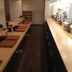 博多やきとり かわ庵 - 古き良き焼き鳥屋の雰囲気も残しつつ、とても明るい店内で入りやすいです。