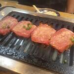 大阪焼肉・ホルモン ふたご - 特上厚切り塩タン