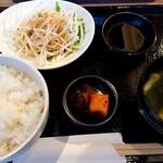 江南焼肉 わにく - ランチのサラダ、スープ、キムチ、ご飯