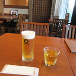手打ちそば 竹之内 - 生ビール(奥では職人が蕎麦を打っている)