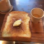 レブレッソ - 厚切りバタートースト。ハチミツは味見程度に