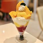 131641112 - 宮崎マンゴーとタイマンゴーのパフェ@中の黄色はマンゴープリン