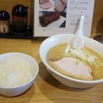ラーメン屋 游 - ラーメンライス700円(昼のみのサービス価格)。