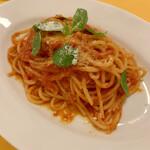 131648286 - バジリコのトマトソースのスパゲティ