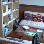 パン処 森庵 - 店内の奥。本棚とソファ