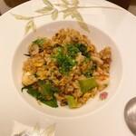 セラ・アンフィニィ - イビとレタスの炒飯(ハーフ)で〆る。殆ど全ての料理は半分サイズでやってもらえる。ここがレストランバーの美徳。