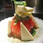 鉄板ビストロSAM'S - 丸ごとトマトとモッツァレラチーズのカプレーゼ