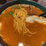 博多とんこつ 天神旗 - 麺も赤い(2020年6月)