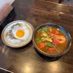 131683088 - 海老と夏野菜のエスニック炒めとガパオライスのスープカレー ¥1,370                       (シーズンカレーメニュー 2020年6月)                       辛さLevel2                                              ライス小(白米) ¥93