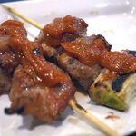 もつ焼きおやじぃ - もつ焼き(塩)は辛子味噌で食べる