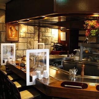【1階】本格鉄板焼きカウンターは特注パーティションで安心