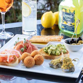 夕暮れのテラスで軽食とお酒を楽しむ「アペリティーボ」