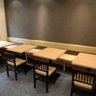 【ゆったりした 和の空間】 テーブル席