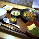 三原豆腐店 - まぼろしの厚揚げ肉味噌あんかけ、小鉢2種、ご飯、汁物、香の物など。