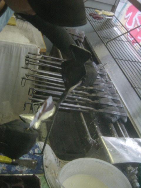 小谷たい焼き店 - ④あんこを入れます