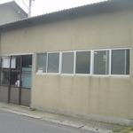 遠藤製パン所 - 道路際の茶色の建物