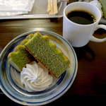 13174733 - 小松菜バウムとコーヒーのセット。