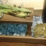 和N - フィンガーフード八寸 手で食べる地元の野菜 キャベツ、空豆、ヤングコーン