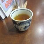 手打ちそば処甲斐 - 注文が終わるとお茶を飲んで一休み、料理が来るのをワクワクして待ちました。