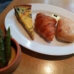 ガーデンレストラン オールデイ ダイニング - キッシュとパン。ジャムは無くなっていた❗