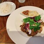 アドハビット - 鶏モモ肉のグリル ブラックビーンズのオニオンソース、温泉卵添え