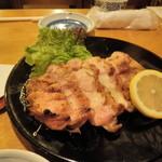 貝屋 - 人気の「鶏もも焼」750円