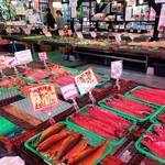 サスヨ海産 - 広い売場に干物が敷き詰められる