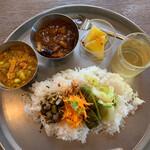 131798253 - この日のターリーセット¥1320                       内容はチリチキン、枝豆と野菜のサンバル、スパイスおかず4種、デザート、茶