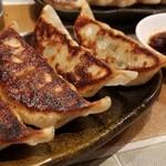 ニュートバコ - ①トバコ餃子(税別350円) 宇都宮直送の餃子だそうです。 大きめで具材がたっぷり詰まっており、肉汁感、野菜の優しい味わい、大蒜のパンチも効いて良い感じです♪