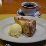ギオットーネ - リンゴのタルト750円、コーヒー430円