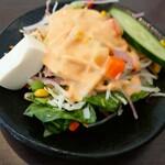 SABERA TIKKA BIRIYANI - セットのサラダ。