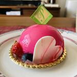アトリエパレット さくら夙川 - 料理写真:ショッキングピンクのまあるいムース。中はミルクムース♡