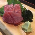 名駅立呑ばっかす - 美味いマグロだが筋が気になる580円 ワサビはかなり美味かった!!